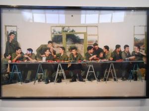 Der Fotograf Adi Nes setzte das Gemälde des letzten Abendmahls neu in Szene - mit israelischen Soldaten.