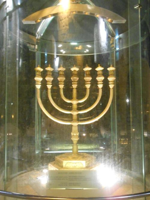 Dieser siebenarmiger Leuchter steht im jüdischen Viertel mit Blick auf den Tempelberg. Er soll im dritten Tempel errichtet werden, den einige Juden vorhaben zu bauen. Doof nur, dass der Platz bereits besetzt ist....