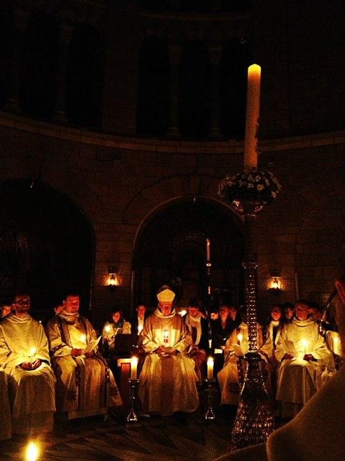 Nach dem Osterfeuer prozessierten wir in die Kirche, wo der Lesegottesdienst begann. (Foto: Dormitio)
