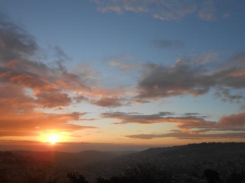 Die Luft der Berge ist klar wie Wein, Und der Duft der Pinien schwebt auf dem Abendhauch. Und mit ihm, der Klang der Glocken.